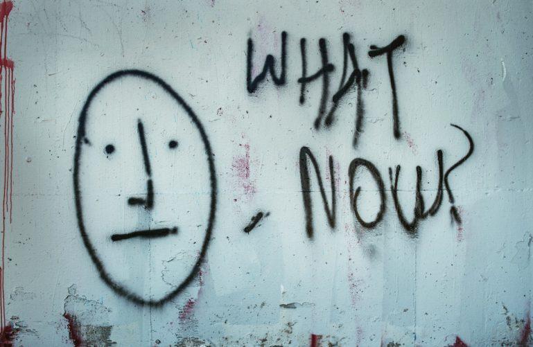 Un graffiti avec visage sur un mur blanc
