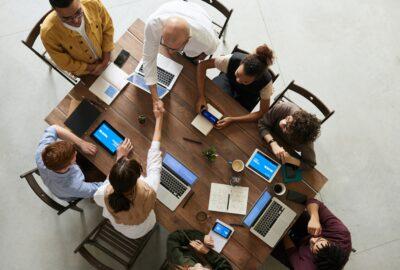 équipe qui travaille sur la vidéo marque employeur